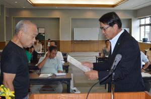 綾部献血推進協議会は26日、青野町の市保健福祉センターで平成26年度「綾部献血功労者表彰式」を行い、献血回数800回に達した改森博司さん(69)らに感謝状を贈った。