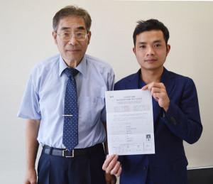 井倉新町のサント機工に勤務しているベトナム人研修生の男性が、仕事と両立して日本語の勉強に一生懸命。今年1月には日本語能力試験(財団法人・日本国際教育支援協会主催)の準2級に合格。勉強意欲は衰えず、今夏には2級の試験にもトライした。(9月中旬に帰国予定)