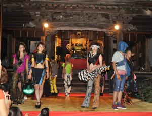 世界で活躍する眼鏡や鞄の日本人デザイナーやフリースタイルフットボールの国内第一人者、一流音楽家などが出演して市内の古刹でファッションショーや様々なパフォーマンスを繰り広げる斬新な催しが「中秋の名月」前日の7日夜にあり、詰めかけた老若男女300人余りが催しを心ゆくまで楽しんだ。