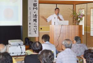 市環境市民会議主催の「EMを学びあう会」が16日、大島町の市ふれあいセンターで催され、参加した会員や市民らは環境にやさしい様々な作用がある微生物群の「EM」について知識を深めた。