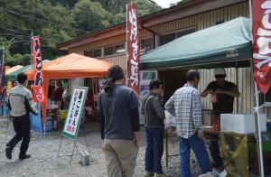 旭町の観光栗林園直売所(四方和彦さん経営)で21日、初めての「栗祭り」が催され、今秋収穫されたばかりの「丹波栗」を使った焼き栗(栗ポン)が売られるなどした。