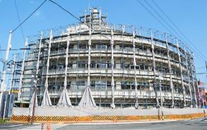駅前通のあやべ協立診療所を運営する公益社団法人・京都保健会は、老朽化が激しくなっていた同診療所のリニューアル工事を進めており、鉄筋コンクリート造6階建ての建物は現在、工事用の鉄骨で囲われている。リニューアル後は1階に「医科診療所」を設けるだけでなく、フロアを区切って地域住民らが利用できる「コミュニティースペース」(約50平方㍍)を新設する。3階では市内の医療機関で初めて介護保険事業の「複合型サービス」を展開する予定。