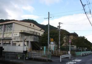 13日夜から14日未明にかけて近畿地方に最接近した台風19号だが、市内では目立った被害の報告もなく、一安心した市民も多いはず。ところが、京都地方気象台による大雨警報の解除が14日午前9時19分となったことで、各学校や幼稚園、保育園などでは登校(園)の対応にばらつきが見られる現象が起こり、保護者の中には振り回されたケースもあったようだ。