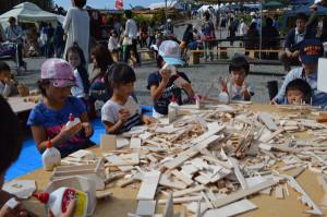 市民らに木の温もりを感じてもらうとともに国産材の良さをアピールすることを目的とした第2回「京都丹州もくもくフェスタ」(同フェスタ実行委員会主催、あやべ市民新聞社など後援)が11日、小畑町の京都丹州木材市場で開かれ、多くの家族連れらでにぎわった。