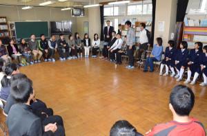 綾部に住む外国人たちと中学生らが交流する催しが25日、豊里町の豊里中学校(出野伸校長、121人)で行われた。