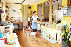 大島町の府道福知山綾部線沿いにこのほど、雑貨と木製の玩具を取り扱う店「チャープ」(芦田佐知子さん経営)がオープンした。