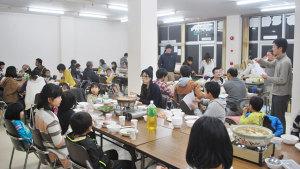 物部地区に暮らす若い世代が鍋を囲んで交流する「ものべ仲良し鍋パーティー」が22日夜、物部町の下市公民館で初開催され、I・Uターン者や物部に嫁いできた女性、地元在住者など52人が親睦を深めた。