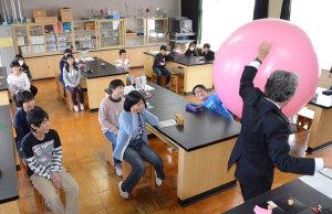 豊里町の豊里中学校(出野伸校長)は27日、豊里小学校の6年生37人を受け入れて体験授業を行った。