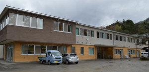 上林中学校(榊原正純校長、19人)と上林小学校(真下正寿校長、33人)の統合による市内で初めての小中一貫校の校舎が、八津合町の上林中敷地内に完成。1日に市教委主催の内覧会があった。