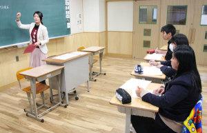 八津合町の上林中学校(榊原正純校長、19人)で11日、綾部高校の教員による「英語学習会」が開かれ、3年生3人が入試対策の実践的な授業を受けた。