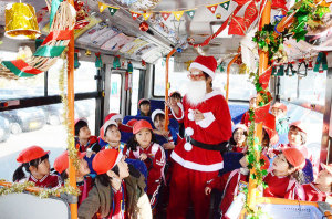 市は、あやバスの利用促進のため、上林線の中型車両(車番10―00)の車内にクリスマスの装飾を施し、25日まで運行している。10日には、飾られているリースや絵などを作った綾東幼児園の5歳児(22人)が乗車した。
