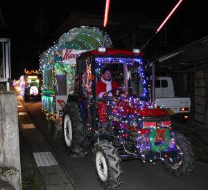 電飾を飾り付けたトラクターなどにサンタクロースが乗って中筋地区内を巡る親子クラブ(山本修会長)のクリスマスパレードが、今年で最後になる。今回、地元ではパレードはせず、車両の展示と乗車体験に留めるが、あやべ・まちなかファンタジーの「クリスマスパレード」に協力しているため、24日午後7時過ぎから西町アイタウンに電飾車両を走らせる。クリスマスイブのパレードを最後に平成13年から続けてきた活動を締めくくる。