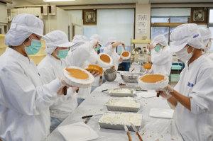 川糸町の綾部高校東分校で16日、農芸化学科の3年生27人がクリスマスケーキ作りの実習に取り組んだ。