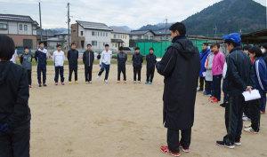 来年2月8日に福知山市の三段池公園総合体育館前を発着点に開催される第37回府民総体・市町村対抗駅伝競走(8区間36・309㌔)に挑む綾部市チームが活動を開始。23日に岡町の綾部高校グラウンドで中学生から一般までの選手らが「顔合わせ」をして、練習に取り組んだ。