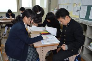 宮代町の綾部中学校(森川藏校長、653人)で6日、3年生を対象に「情熱を持ってスタディーに励む」という意味の学習会「燃えスタ」があった。綾部高校の生徒たちがボランティアで指導に加わるという初めての試みで、中高連携の有意義な学習活動になった。