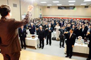 新春を寿ぐ綾部商工会議所(塩田展康会頭)の新年互礼会が5日、西町1丁目のI・Tビルであり、出席した市内の各界各層の代表者や会議所会員ら約270人が新たな年のスタートを祝い合った。