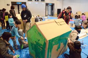 みんなで段ボールの町をつくろう! 就学前の子どもらを対象にした「こどものまちづくりワークショップ」(府、市、府中丹文化事業団主催)が1月31日、里町の市中央公民館で催され、子どもたち27人とその保護者ら合わせて50人余りが工作に取り組んだ。