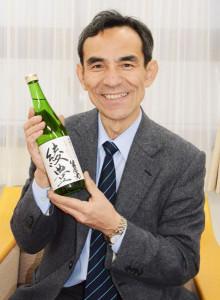 綾部の米と愛知県豊橋市の水を使った日本酒「綾豊(あやとよ)」で綾部をPRしています―。青野町出身で市の「あやべ特別市民」でもある豊橋市在住の中嶌秀樹さん(59)=写真=がこのほど、特別市民に送られる「ふるさと産品」の綾部産米(コシヒカリ)を使い、同市の老舗の醸造所でオリジナルの日本酒をつくった。友人らに振る舞ったところ「おいしい」と好評だ。