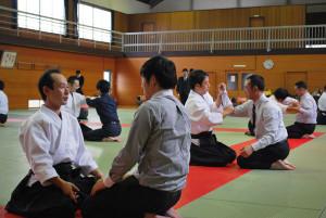 市武道館で合気道を体験する全国の青年部会員ら(青野町で)