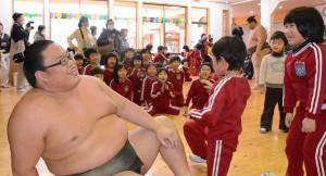 綾東幼児園にお相撲さん