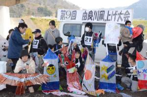 審査員らに手づくり凧を披露する参加者ら(川糸町で)