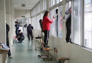 宮代町の綾部中学校(森川藏校長)で7日、綾部中学校応援団「絆(きずな)」の環境整備部(中野朋之部長)の呼びかけによる美化作業が行われ、生徒約300人と、保護者や地域住民など約50人が、協力しながら廊下やトイレの清掃などに励んだ。