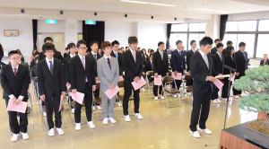 綾部では高校を卒業すると進学希望者の多くが都会に旅立つ。いわゆる「進学過疎」と言われる所以(ゆえん)だ。ところが逆に、この時季に都会から綾部にやってくる若者もいる。それが綾部の誇る高等教育機関「府立農業大学校」への入学生だ。8日、位田町の同校で入学式が執り行われ、21人の若者がこの地で新たな生活をスタートした。