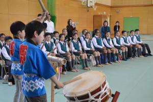今年度から開校した八津合町の上林小・中一貫校(榊原正純校長、52人)へ30日、香港の小学生らが訪問。一貫校の児童たちと一緒に和太鼓やめんこにチャレンジするなどして、日本の文化に親しんだ。