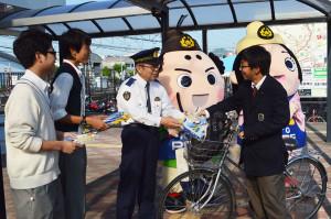 綾部署は8日夕、綾部高校の生徒たちと合同でJR綾部駅南口駐輪場付近で、駐輪時に施錠を呼びかける啓発活動に取り組んだ。