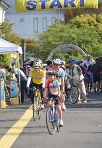 青野町のあやべグンゼスクエアに10日、カラフルなコスチュームを着た約330人が集まった。この日行われたのは、同所をスタート・ゴール地点にした長距離サイクリングイベント。府内外からの参加者たちは府中北部を巡る100㌔を超える2コースに挑んだ。
