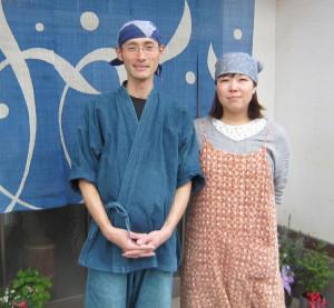念願の蕎麦店「あじき堂」を開店した安喰さん夫婦(いずれも志賀郷町で)