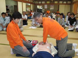 口上林地区の住民約30人が6日、武吉町の市健康ファミリーセンターで「普通救命講習1」を受け、市消防本部から修了証を受けた。