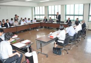 日本全体で加速度的に進む人口減少に歯止めをかけるため、国が策定した「まち・ひと・しごと創生」総合戦略に関連して市は「綾部市版」の人口ビジョンと総合戦略を策定するために設けた「創生有識者会議」の第1回会議が12日、市役所第1委員会室で行われた。