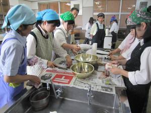川糸町の綾部高校由良川キャンパス(東分校)で17日、農芸化学科2年生19人が生鮮の魚介類を食材に使った献立の調理方法などを学んだ。