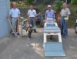 かつて製造業の仕事で培った知識と技術を生かして道具や機械を加工し、実用的なオリジナル製品を生み出している5人の男性たちがこのほど、農作業の負担が軽減できる「苗箱運搬車」などの新製品を開発した。