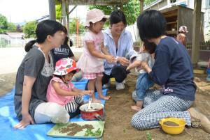 上野町の綾部ひまわり共同保育園(長岡節子園長)は、乳幼児と保護者を対象に毎月1回、園内を無料開放している。参加している保護者からは「ここでは、自宅では出来ない遊びが出来るのでうれしい」といった声があるほか、他の参加者や保育士らとの会話を通して、子育ての悩みを解消できる場にもなっているそうだ。