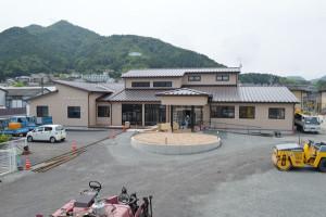 NPO法人・ふきのとう(福井高子理事長)が岡町内で新たな地域密着型の小規模多機能型居宅介護施設「丹都(たんと)」の建設を進めている。同施設は上原町のJR山家駅のそばで運営する「やまぶき」に次いで2棟目。同法人では新施設を介護事業の拠点にする考えで、現在、味方町にある法人事務局と「訪問介護事業所あやべ」を移す。今月28日午前10時から竣工式、29日に一般向けの内覧会を予定している。
