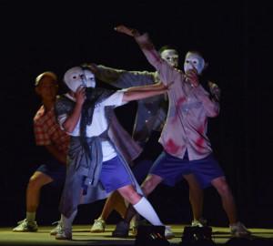 梅迫町の八田中学校(嵯峨隆幸校長、76人)で25日、「東京芸術座」の演劇公演が行われ、生徒たちもステージに立ち、ダンスや芝居を披露した。