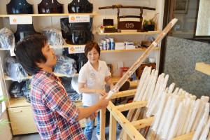 京都市内を除く府内で唯一という剣道用具などを専門に扱う武道具店「仁(じん)」が、綾部市内にこのほどオープン。店舗は月見町の住宅地にあるため目につきにくいものの、口コミで知った来店客が増えている。
