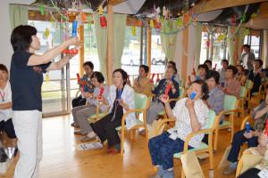 市東部地域包括支援センター(今中智子センター長)と、いこいの村聴覚言障害センター(岩本幸子所長)合同主催の介護予防教室「ほがらかに行こう会」が5日、十倉名畑町のいこいの村・とくらの家で催され、東部地域在住で介護認定を受けていない高齢者らが参加した。