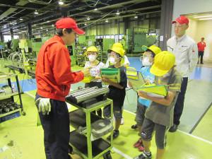 吉美小学校(有岡町、長野代理子校長)の5年生37人が6日、城山町の綾部工業団地内の堀内機械京都工場(岩波正典工場長)を見学した。