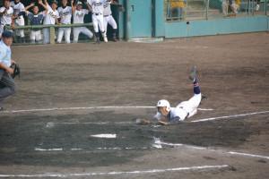 第97回全国高校野球選手権京都大会で綾部は13日、宇治市の太陽が丘球場で洛東との初戦(2回戦)に挑み、6―3で勝って初戦突破した。