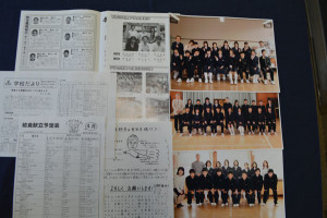 東山町の東綾中学校(井上健治校長)にこのほど、府道路公社から同校の7年前の生徒のクラス写真や「学校だより」などが送られてきた。この写真などは、平成20年9月に行われた京都縦貫自動車道の綾部安国寺インターチェンジ(IC)―京丹波わちIC間の開通プレイベントの中で企画されたタイムカプセルに納められていたもの。縦貫道の全線開通を機に開封され、中身が提供者に返送された。