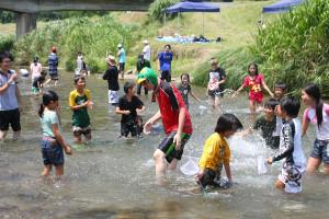 睦寄町の奥上林研修センターで1、2の両日、第37回夏の大ジャンボリー(市青少年育成連絡協議会主催)が開かれ、市内8小学校の4~6年生115人が猛暑に負けず、元気いっぱいにキャンプや野外活動を楽しんだ。