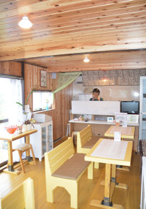 物部町の丸田重和さん(64)と恵美さん(57)夫妻はこのほど、自宅横に整備した「綾姫バラ園」内に喫茶店をオープンした。