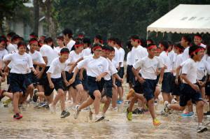 豪雨の中での思い出に残る体育祭になったようだ。宮代町の綾部中学校(出野伸校長、618人)の体育祭が6日、土砂降りの雨の中で行われ、生徒たちはずぶぬれになりながら集団演技などを力いっぱい披露した。