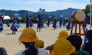 豊里町の豊里中学校(出野健資校長、125人)の体育祭が14日、同校グラウンドで開かれた。今年の体育祭は、小中一貫教育に関連し、栗町の豊里小学校(竹林敦史校長)の6年生たちが一部を見学。先輩たちの躍動感あふれる姿を目にした児童たちは、来年に向けて感じるものがあったようだ。