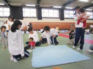 宮代町の綾部中学校(出野伸校長、618人)の3年生(231人)が29日までの3日間、乳幼児と保護者と一緒に育児を学ぶ体験学習をした。
