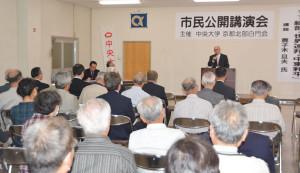 「綾部・世界連邦・中東和平」をテーマに講演する鹿子木さん(並松町で)