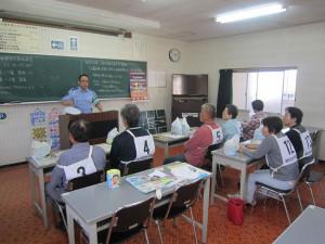 「秋の全国交通安全運動」の一環として、高齢者を対象にした自動車安全運転教室が9月30日、岡町の綾部自動車学校で開かれた。